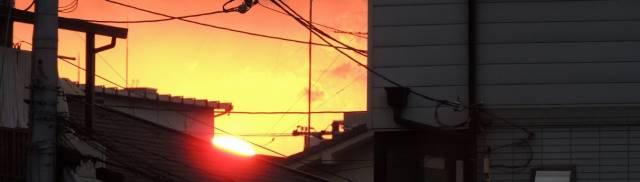夕焼けで沈む太陽
