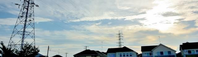 民家と電柱が見える空