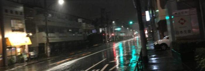 竹末東京プレミアムに行く途中の、左側にカレー屋 右側に日本生命