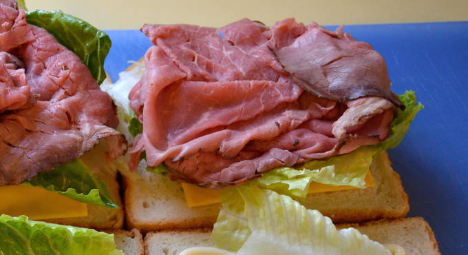 サンドイッチの具として挟むローストビーフ