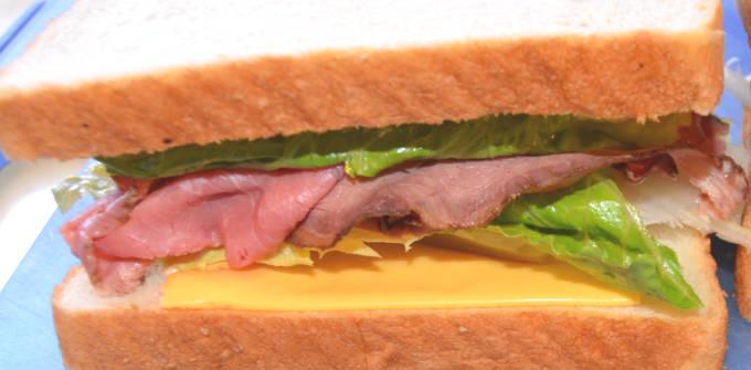 サンドイッチの具として挟まれたローストビーフ