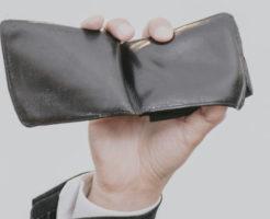 財布を手に掴む男性の手