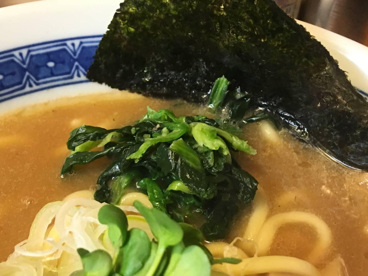 「麺屋 頂 中川會」濃厚魚介鶏らーめんのホウレンソウと海苔