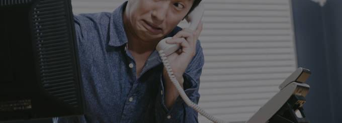 電話を架けている男性