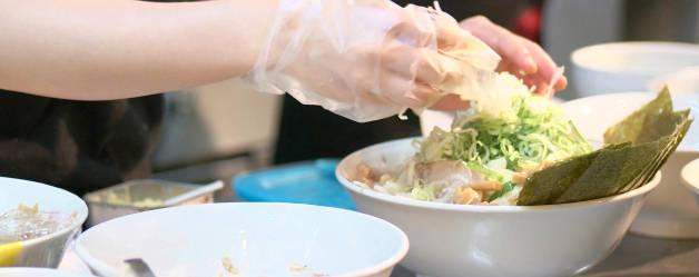 イメージ:厨房で調理をする女性