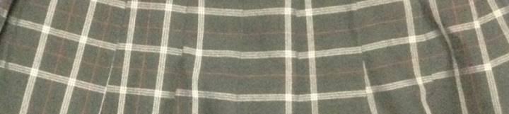 制服黒色と白色ボーダーのチェック柄プリーツスカート