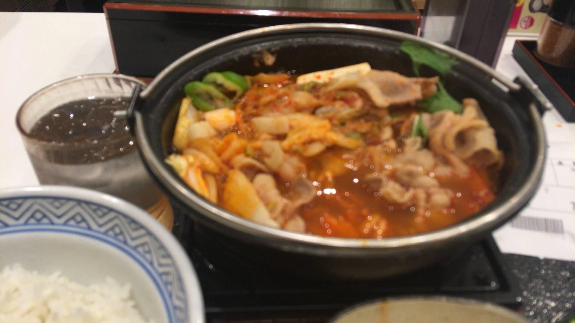 3食目:鬼辛豚チゲ鍋膳(セット)を大盛を食べている途中の写真