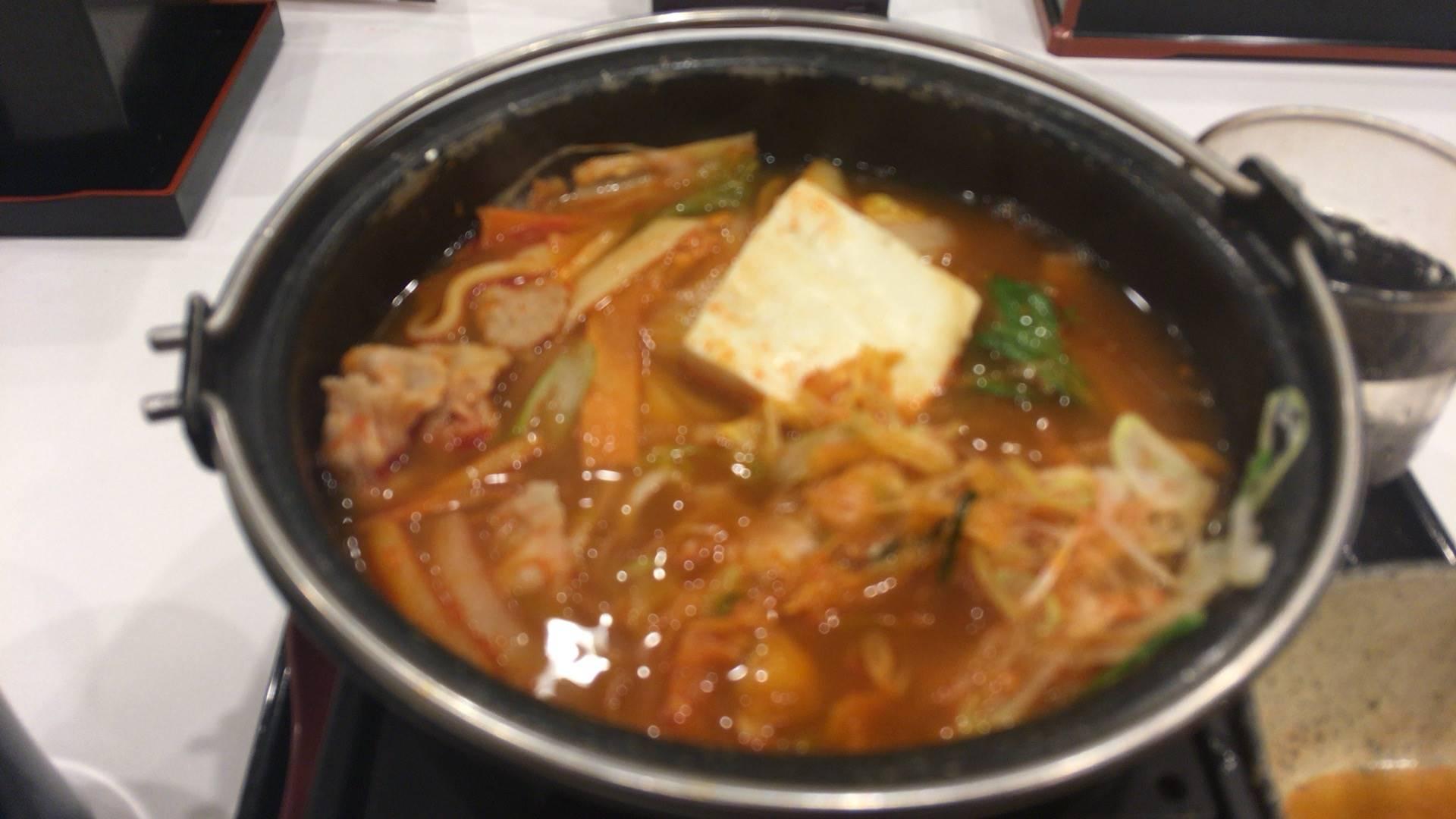 鬼辛豚チゲ鍋単品と「ネギ増し」+100円食べている途中の写真