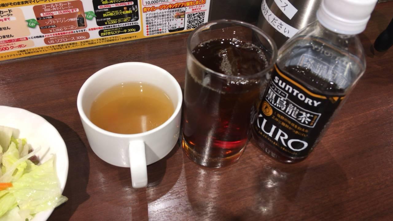 スープの隣にある黒烏龍茶