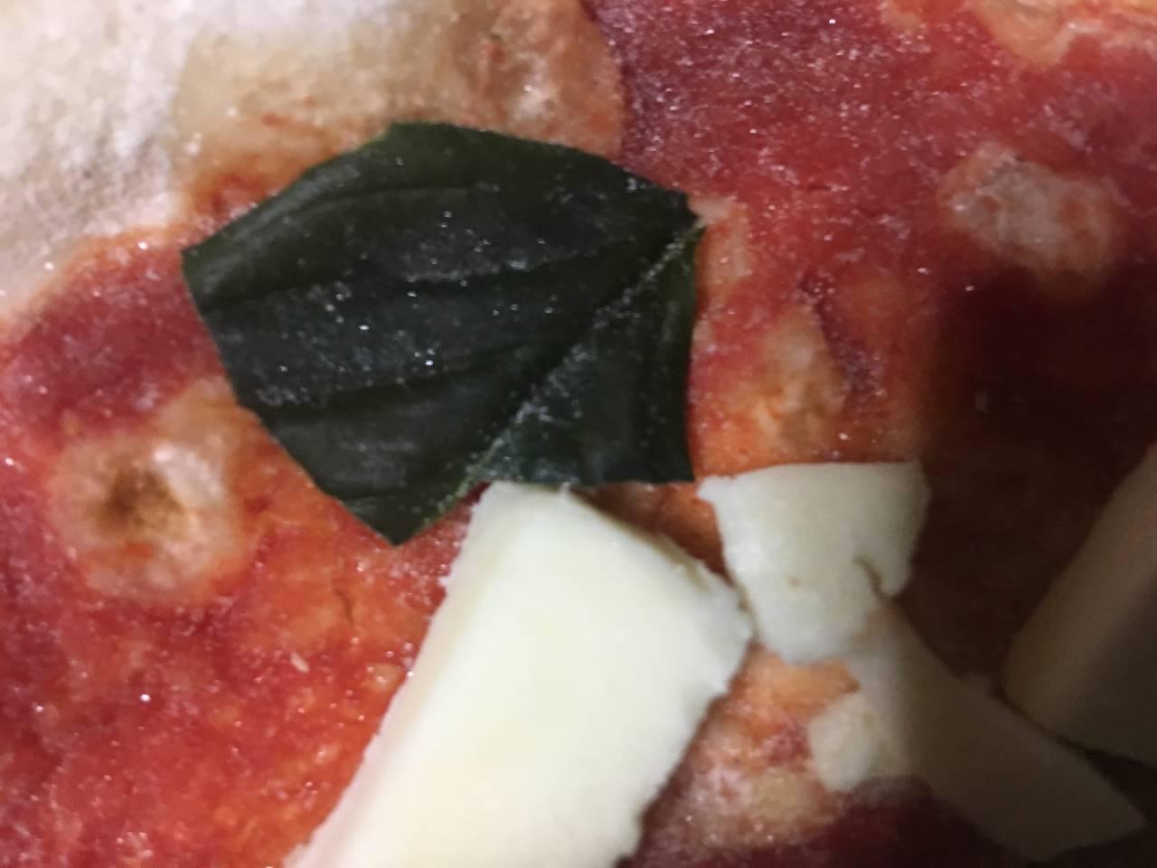 マルゲリータヴォーノのチーズは小さいが分厚いのと葉っぱの種類は不明