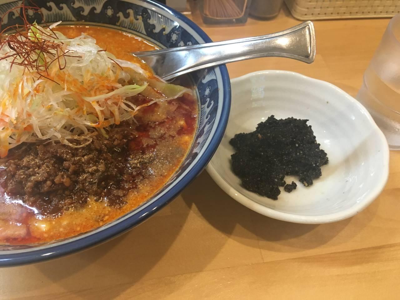 白と黒の担々麺の別皿の黒胡麻ペースト