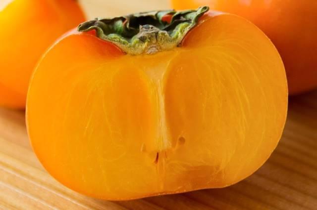 半分にカットされた柿の実