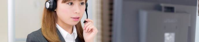 電話をしている茶髪の女性