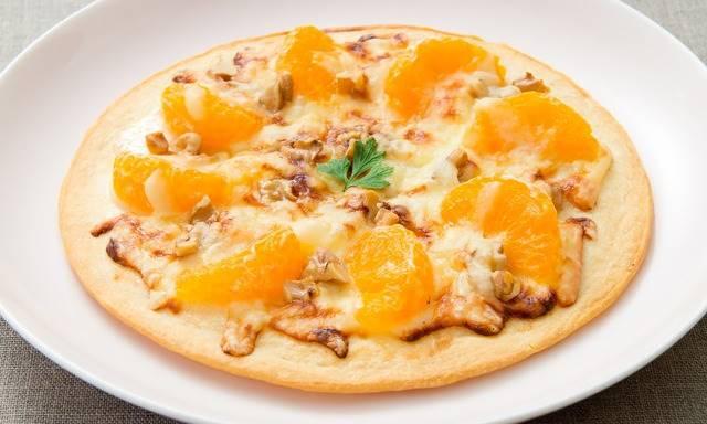 フルーツが盛り付けられたピザ
