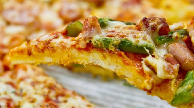 カットされたピザ