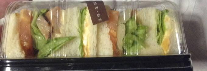 サンドイッチの具として挟まれたトマト