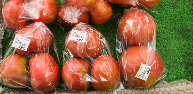 店頭で並ぶトマトの写真