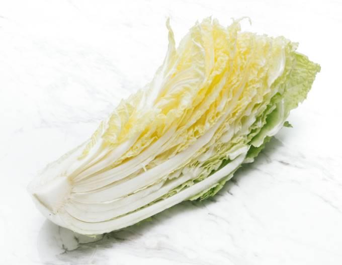 カットされた白菜の写真