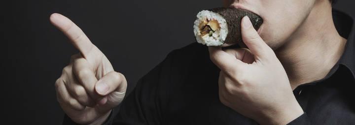 恵方巻を食べる男性