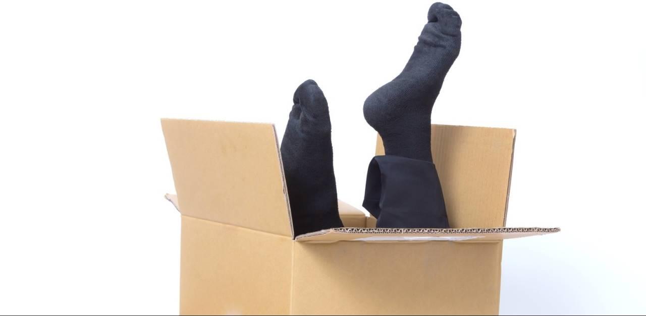 段ボール箱と足