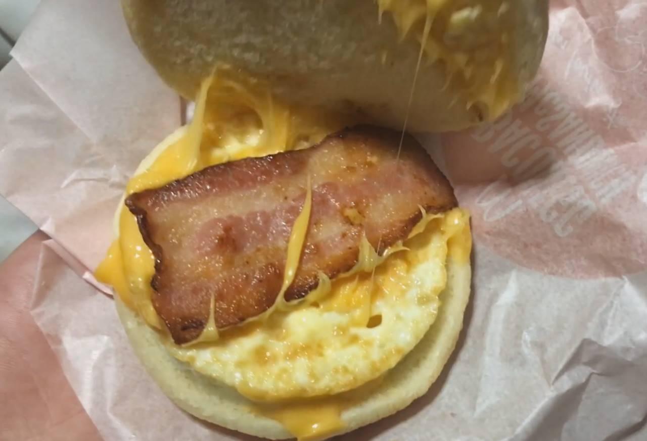 日本マクドナルドのベーコンエッグマックサンド
