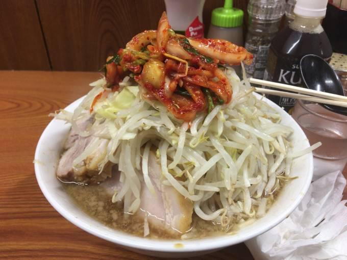 ラーメン730円と「少なめ硬め」+「ヤサイニンニク」 とタマネギキムチ100円