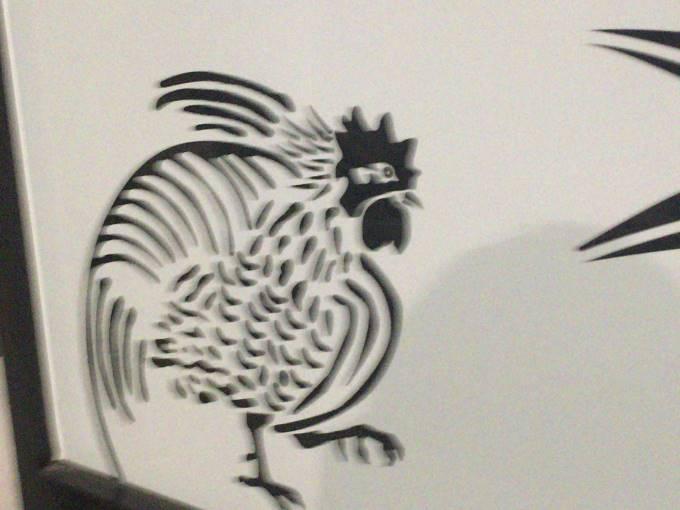 店舗外の鶏の絵