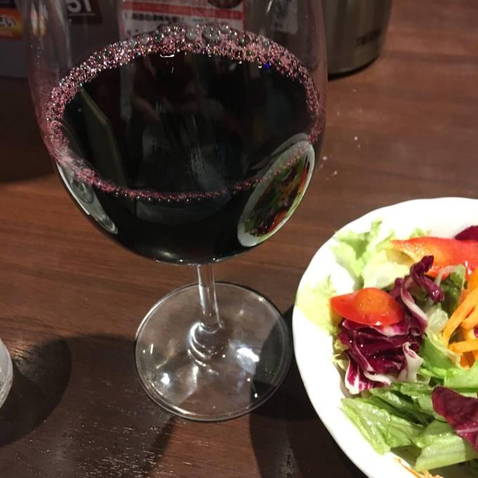 レタスサラダと赤ワイン(グラス)