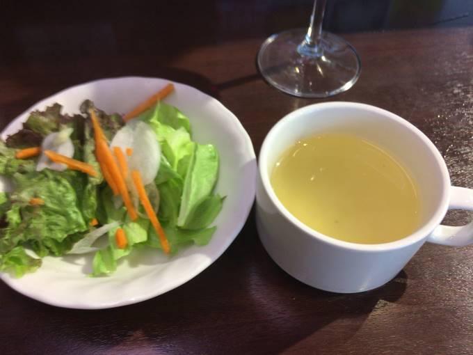 ランチタイムのワイルドステーキにつくサラダとスープ