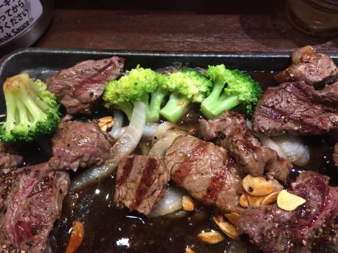 ブロッコリーと肉の対比 いきなりステーキ オリナス錦糸町店