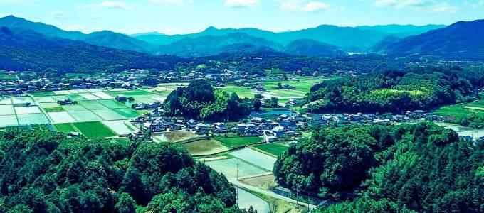 山に囲まれた村