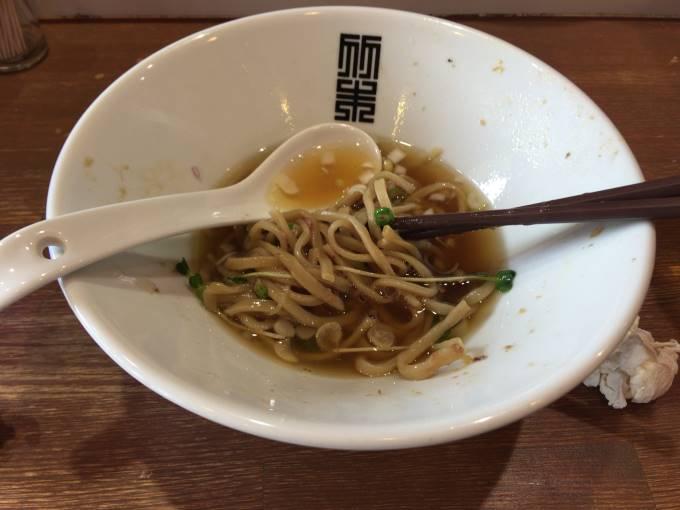 竹末東京のサンマとイカのまぜそばスープ入れた図