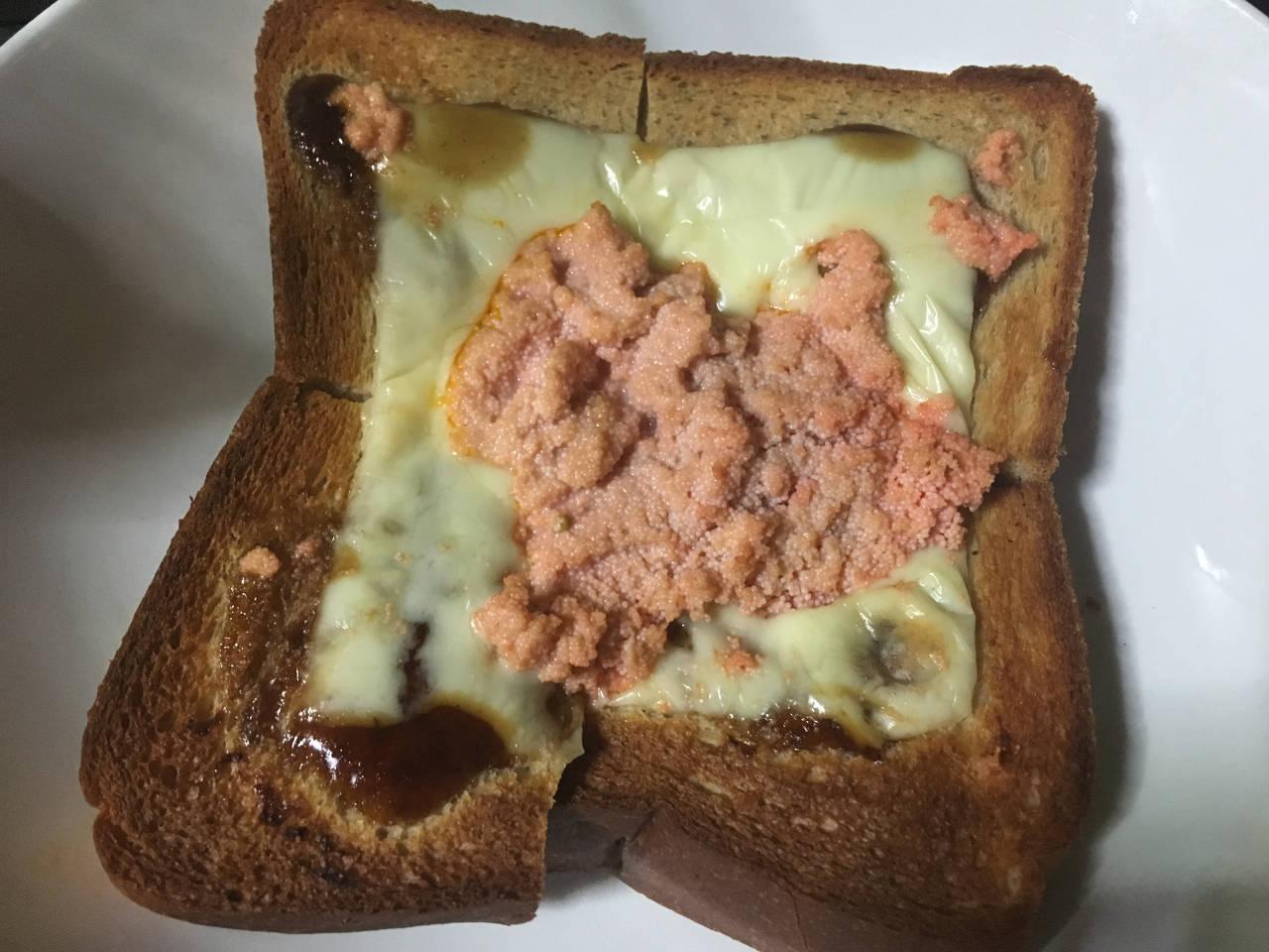 パンの上にチーズとタラコ