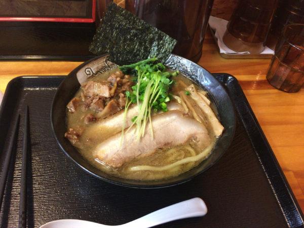 『中川會 頂』「濃厚魚介らーめん」800円と「くずチャーシュー」100円