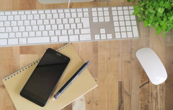 キーボートとマウスとスマートフォンが映っている写真