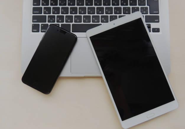 ノートPCとスマートフォンと、タブレット端末