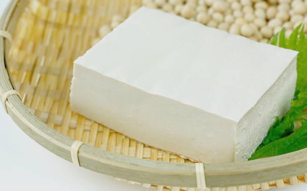 ザルにのっけられた豆腐の写真