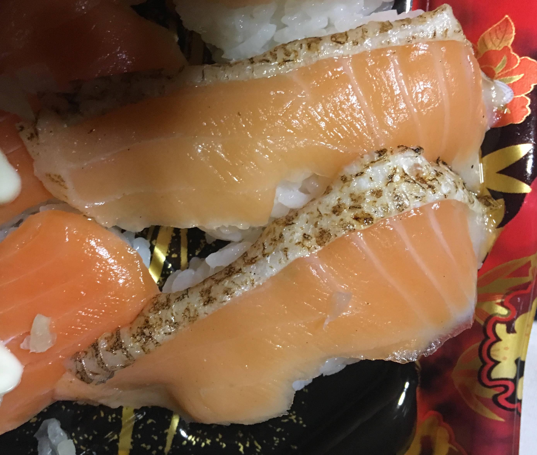 鮭(サーモン)の寿司皮っぽいものが付いた身