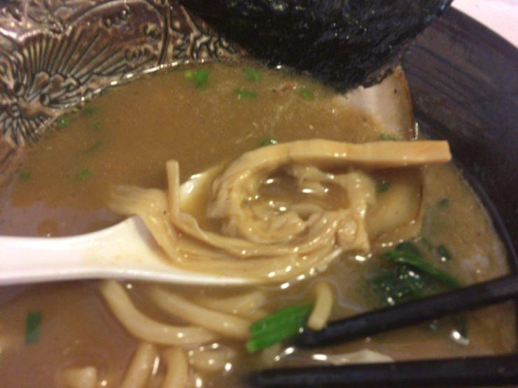 麺屋頂中川會「濃厚魚介鶏らーめん」の穂先メンマ