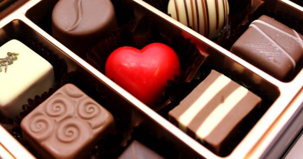 様々な形の小粒のチョコレート
