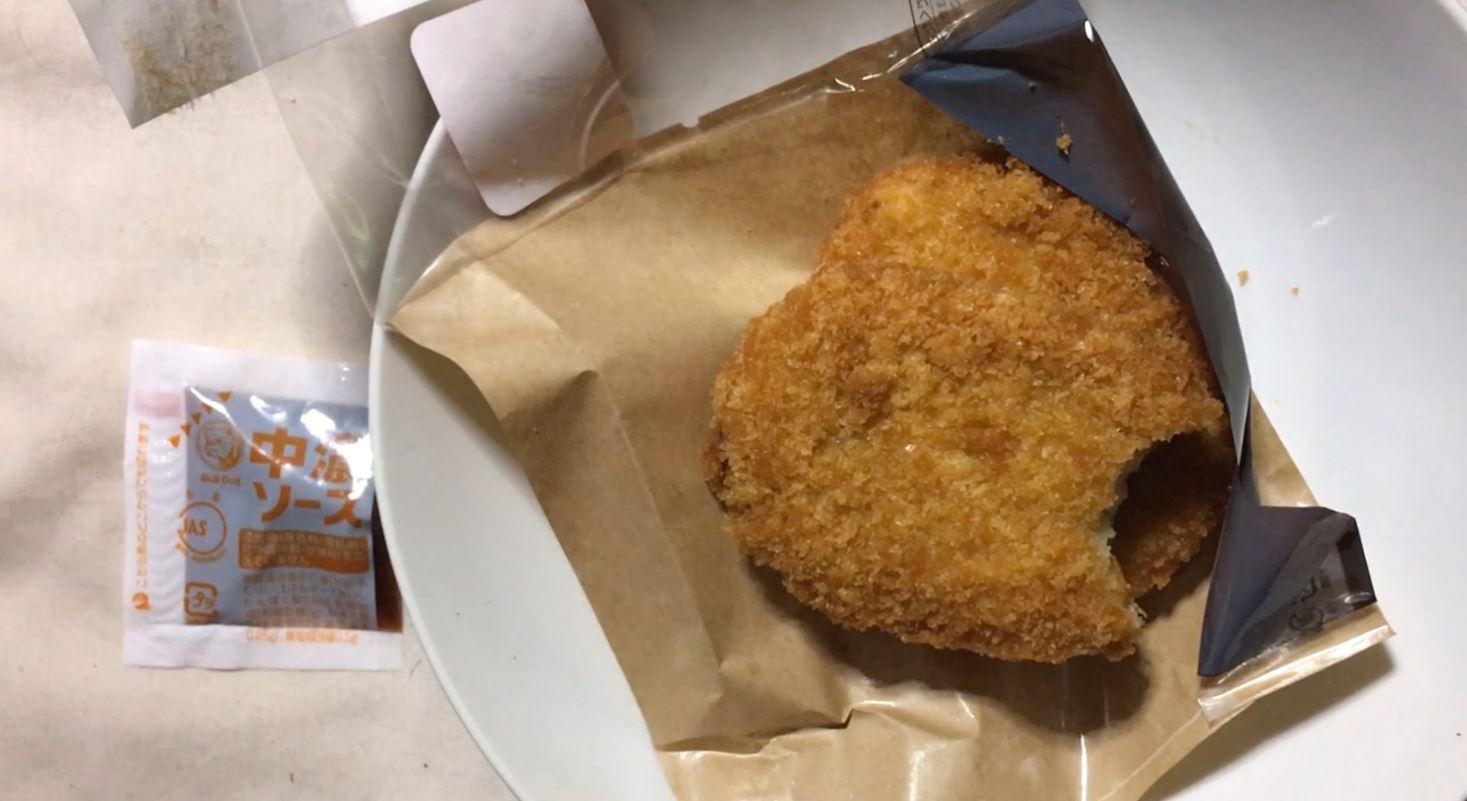 一口食べた図:おかずコロッケ(北海道コロッケ) ローソン