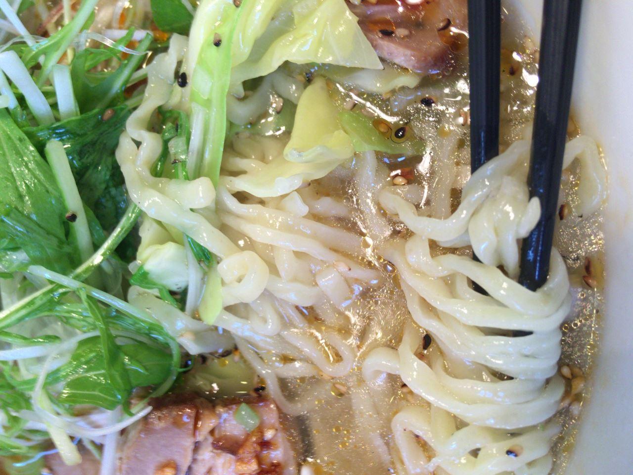 喜多方坂内の期間限定メニューピリ辛香ばし塩ラーメンの麺