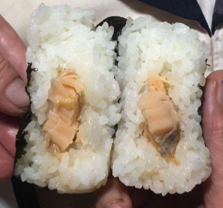 中身 ローソンのおにぎり「さけいくら」新潟コシヒカリおにぎり198円