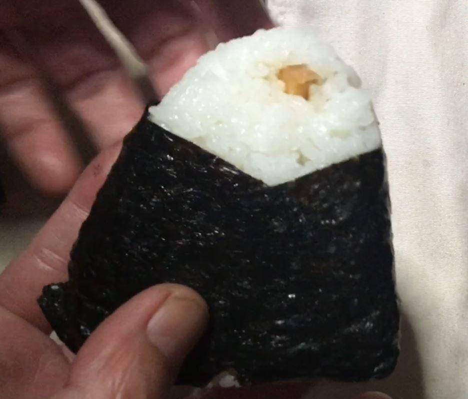 裏面 新潟コシヒカリおにぎり さけいくら 198円 - ローソン