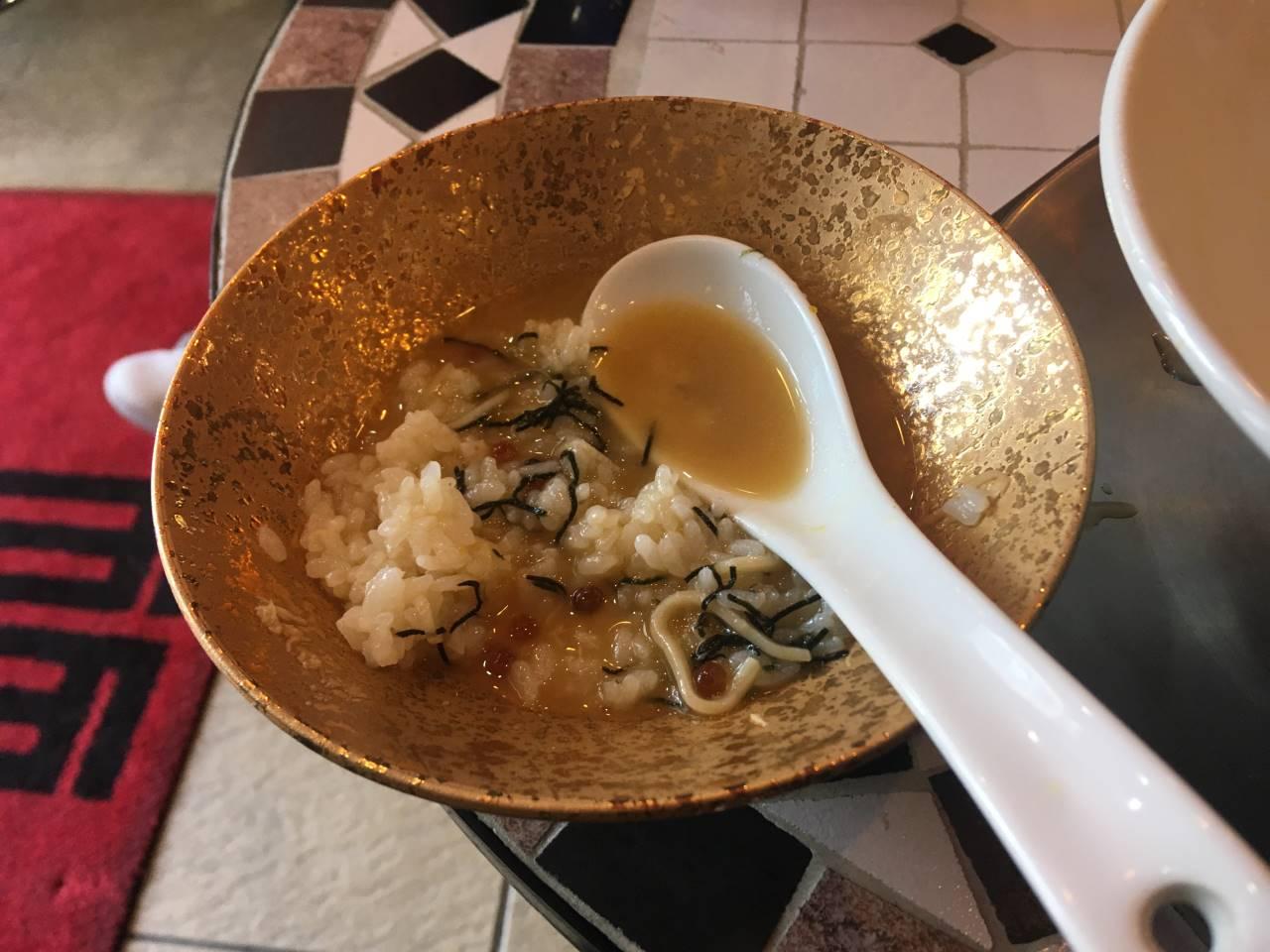 竹末東京プレミアム5周年記念のラーメン竹末東京プレミアム5周年記念のご飯ものに鶏白湯の残りスープ突っ込んだ状態