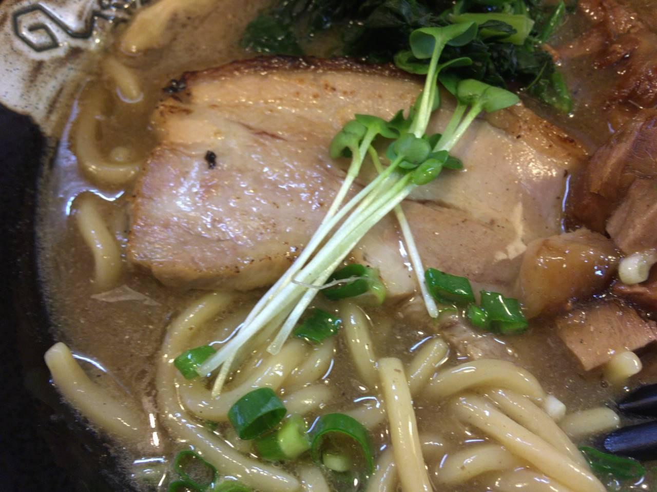 麺屋 頂 中川會の煮豚の上にスプラウト