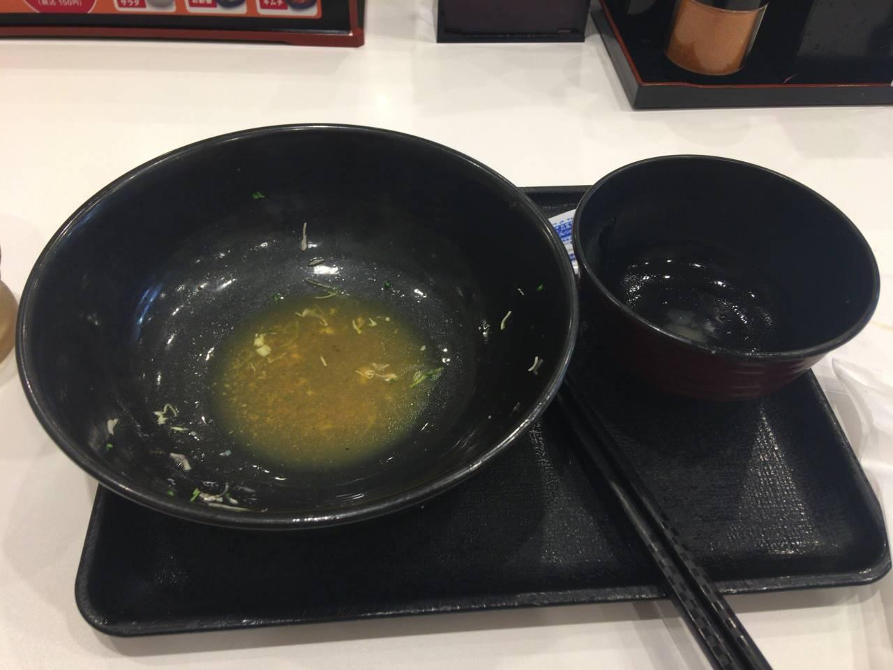 食べ終えた丼:ライザップ牛サラダとみそ汁|吉野家