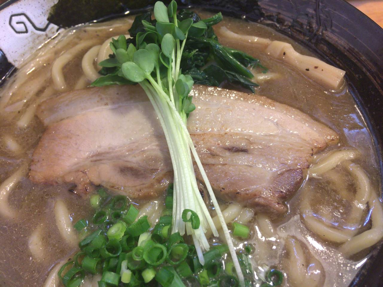 豚肉の上にスプラウト:濃厚魚介鶏らーめん|麺屋頂中川會