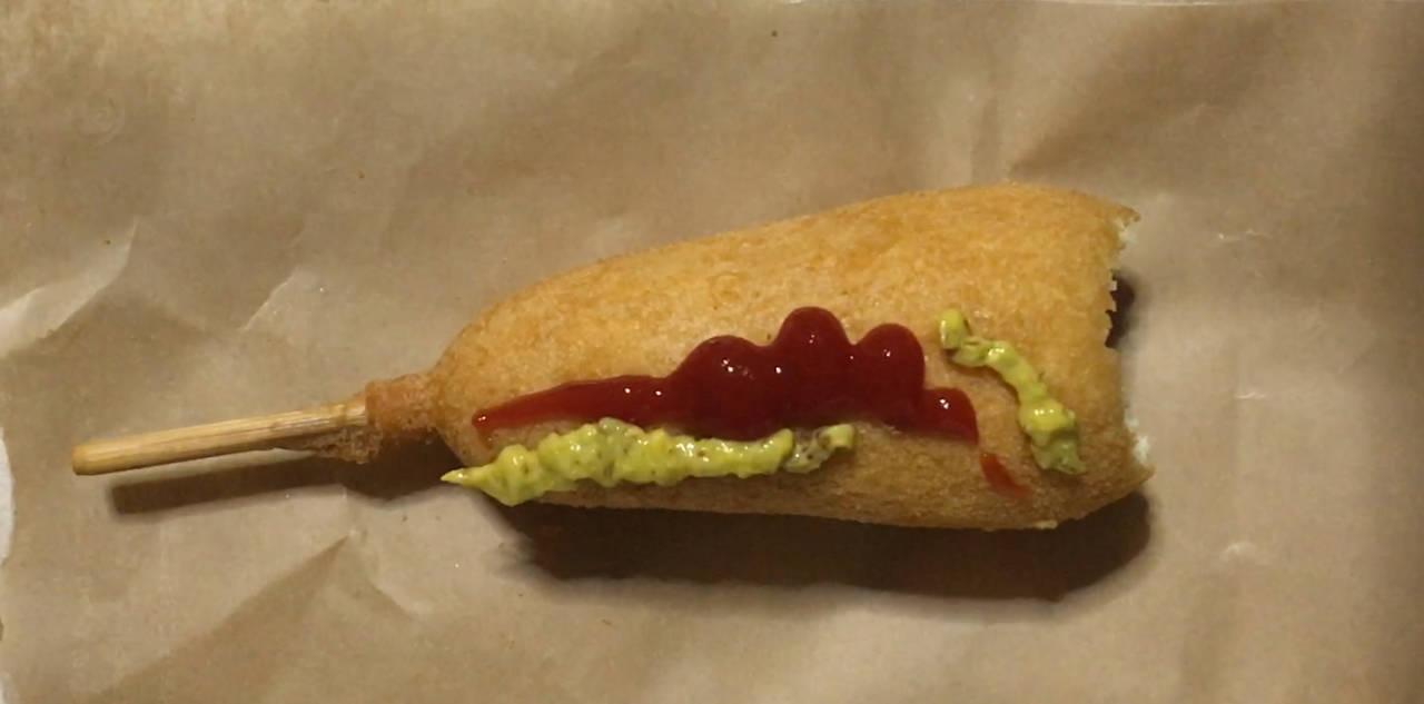 ケチャップとマスタード塗った状態:ローソンのジャンボアメリカンドッグ