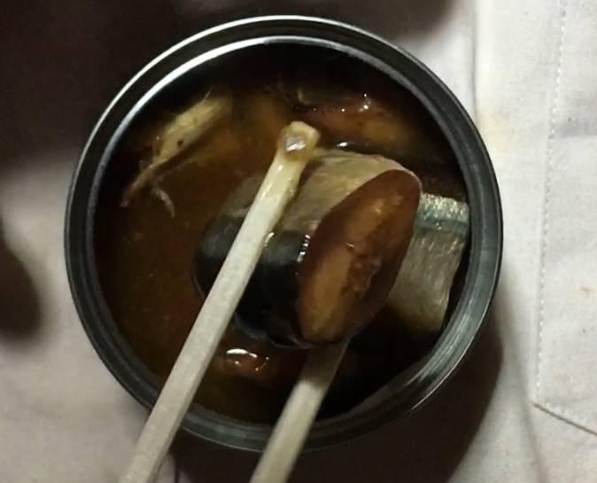 1つ箸で持った状態:さんまの味付缶詰 VL ローソンストア